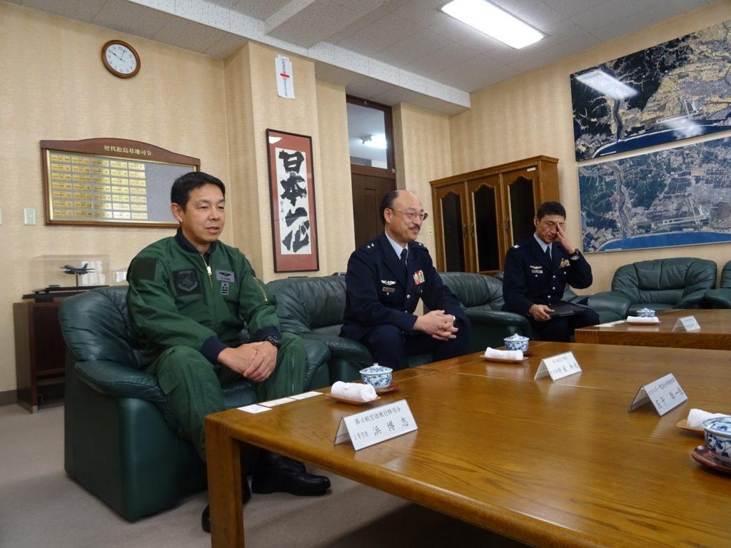 学会の表敬訪問を温かくお迎えくださる時藤基地司令、浜飛行隊司令ら