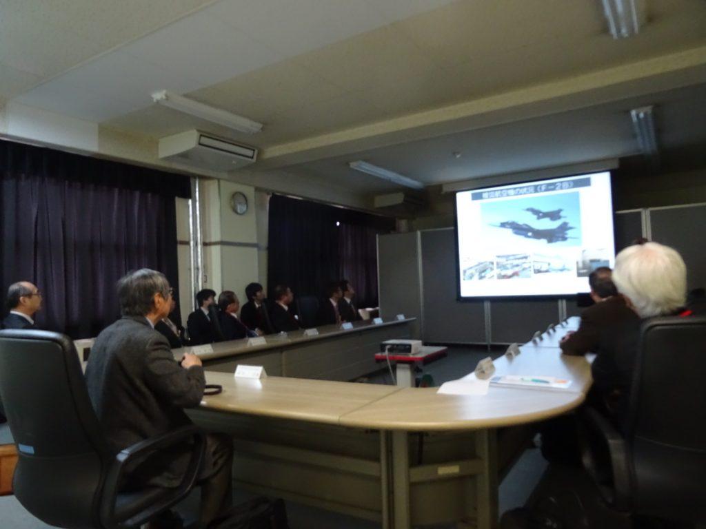 会議室に場所を移し、松島基地の取組みについて参加メンバー全員でレクチャーを受けます。
