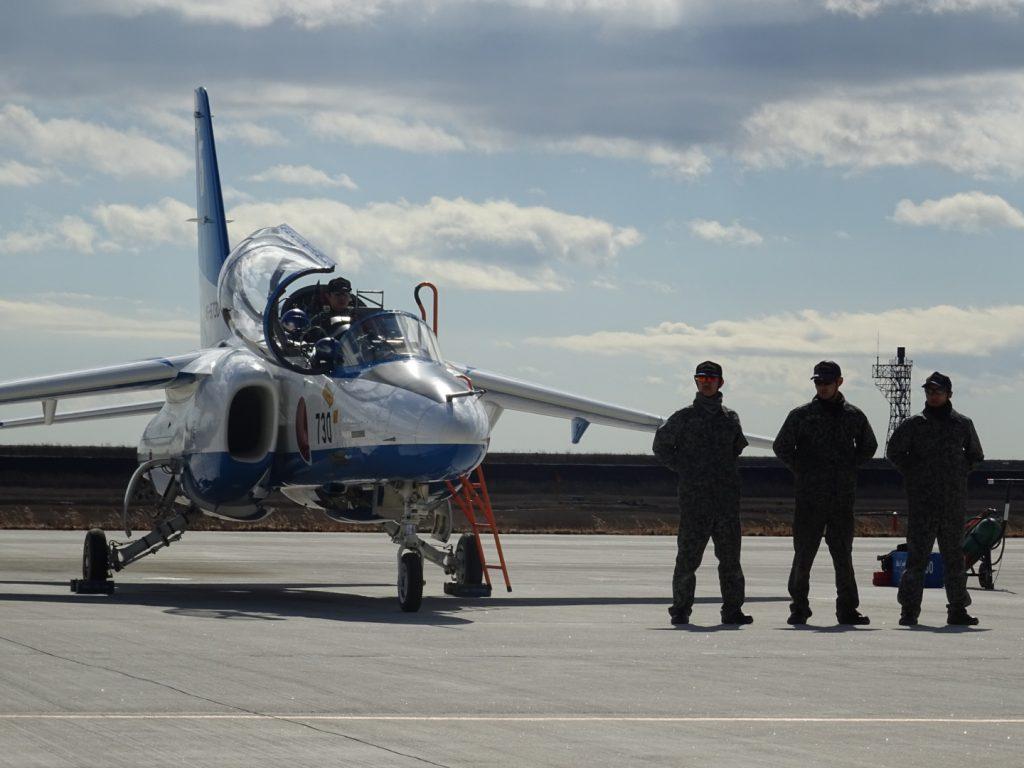 訓練を終え、学会メンバーにご挨拶に並ばれる飛行隊員ら。