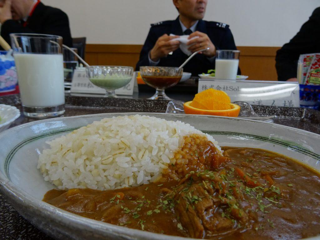 昼食は幹部食堂にて、会員と松島基地幹部の皆様と。