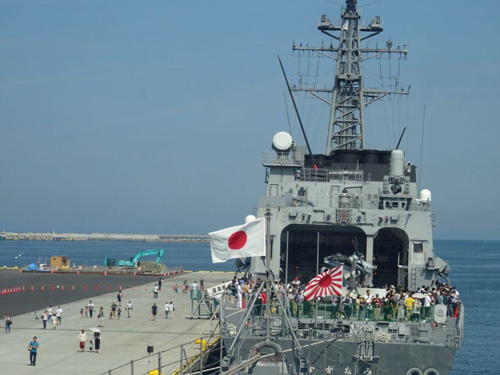仙台港に寄港する護衛艦すずなみ。