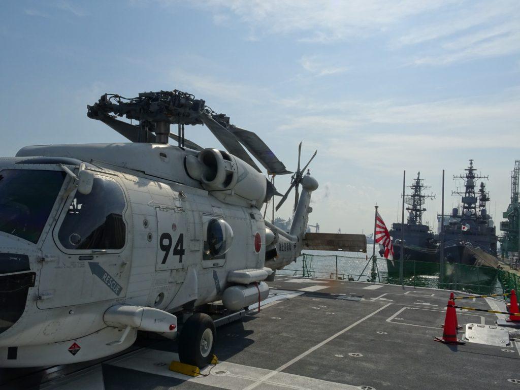 艦載されるSH-60J哨戒ヘリコプター(すずなみ)。