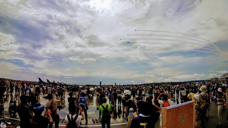 生憎の雨空も午後には晴れ間が見え、一糸乱れぬブルーインパルスの展示飛行が無事行われました。